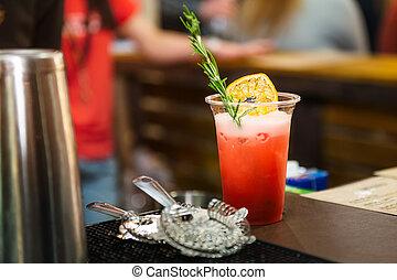 alcool, verre cocktail, sur, barre, counter., frais, coctail, sur, a, fond couleur, dans, plastique, verre, à, pro, barre, stuff., boire, cocktails, vie nocturne, et, fête, événement, concept., sective, foyer., espace, pour, text.