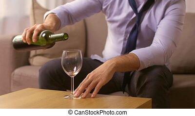 alcoolique, haut, maison, fin, vin buvant