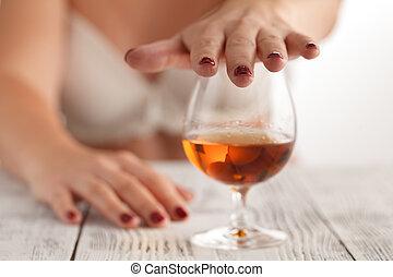 alcoolique, rejeter, main, verre, boisson, femme