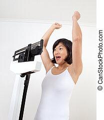 alegrando, mulher, escala, peso, feliz