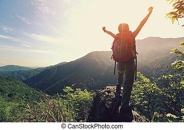 alegrando, mulher, hiker, braços abertos, em, pico montanha