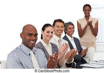 alegre, afroamericano, mujer de negocios, hacer, un, presentación, a, ella, equipo