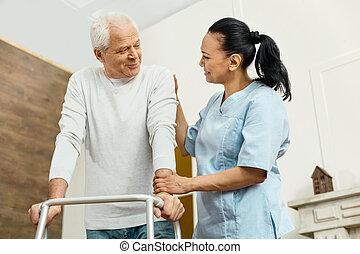 alegre, amigável, enfermeira, ajudando, a, homem idoso