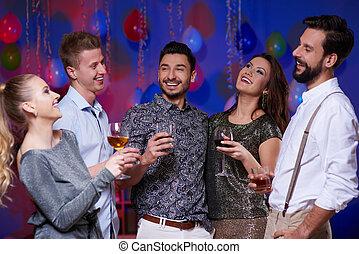 alegre, amigos, celebrando, partido, dentro