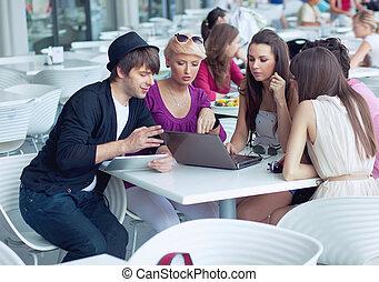 alegre, amigos, percorrendo, internet, em, um, restaurante