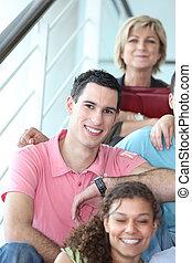 alegre, assento homem, ligado, escadas, com, amigos