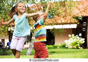 alegre, burbujas, niños, perseguir, jabón