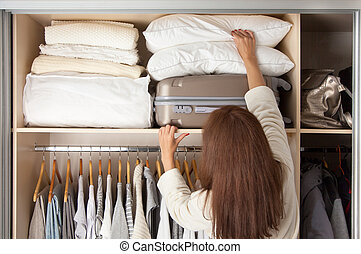 alegre, clothes., mulher, bonito, cópia, shelf., saída, puxa, jovem, space., armazenamento, travesseiros, topo