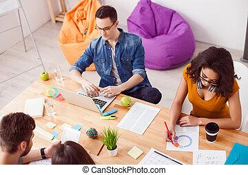 alegre, colegas, cooperar, jovem, escritório