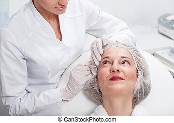 alegre, cosmetician, es, elaboración, ella, paciente, más joven