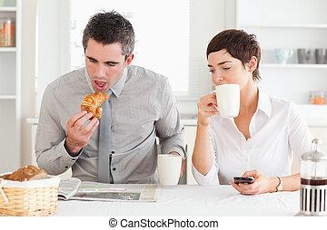 alegre, desayuno, pareja, teniendo, juntos