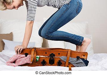 alegre, embalagem, mulher, cama, mala