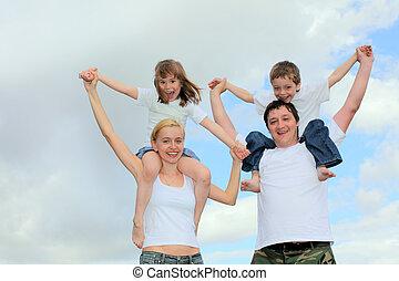 alegre, familia con dos niños