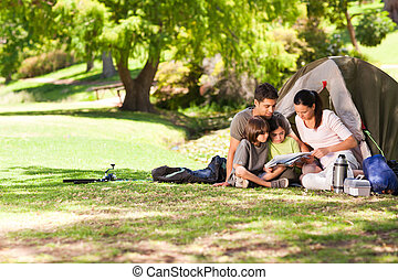 alegre, familia que acampa, en el parque