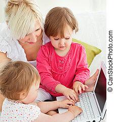 alegre, familia , tener diversión, con, un, computador portatil, en, el, sala de estar