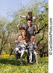 alegre, familia , teniendo, un, picnic.