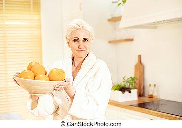 alegre, fresco, mulher, kitchen., laranjas