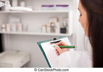 alegre, hembra, cosmetologist, es, trabajando, con, documentos