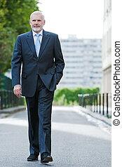 alegre, hombre de negocios, 3º edad, caminata