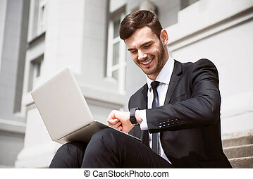 alegre, hombre de negocios, pasos, sentado