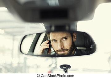 Ch fer coche sentado foto de archivo buscar for Espejo en el movil