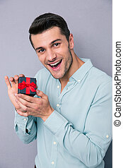 alegre, homem jovem, segurando, caixa presente