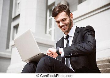 alegre, homem negócios, passos, sentando