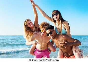 alegre, joven, amigos, el gozar, verano, en la playa