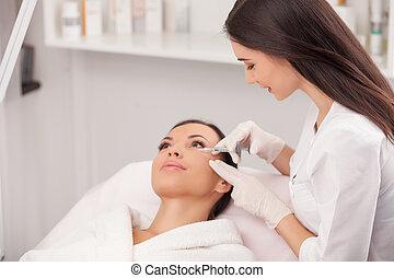 alegre, joven, cosmetologist, es, elaboración, botox, procedimiento