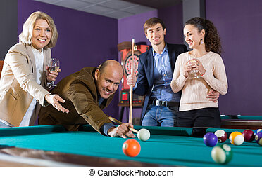alegre, juego, billar, grupo, amigos, sonriente