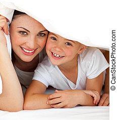 alegre, mãe, e, dela, menininha, jogando, ligado, um, cama