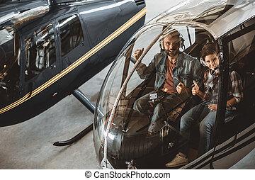 alegre, macho, y, niño, en, rotor, avión