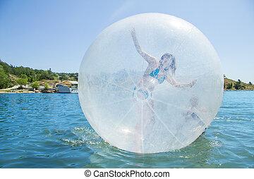 alegre, menina, em, um, balloon, flutuante, ligado, water.