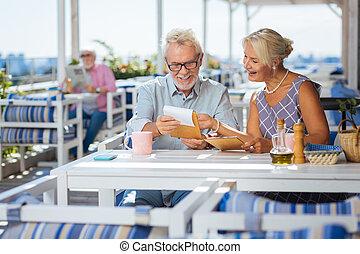 alegre, menu, homem apontando, feliz