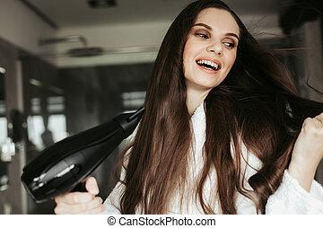 alegre, mujer, blowdryer, joven, pelo, secado