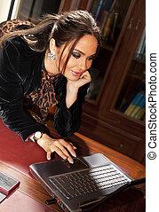 alegre, mujer, con, computador portatil