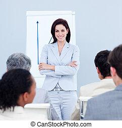 alegre, mujer de negocios, hacer, un, presentación, a, ella, equipo