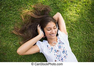 alegre, mujer joven, el gozar, música, en el estacionamiento