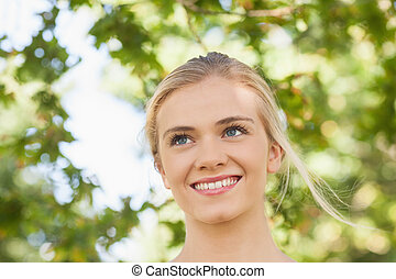 alegre, mujer joven, posición, en, un, parque