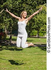 alegre, mujer joven, saltar hacia dentro, un, parque