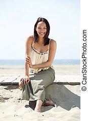 alegre, mujer, playa, joven, sentado