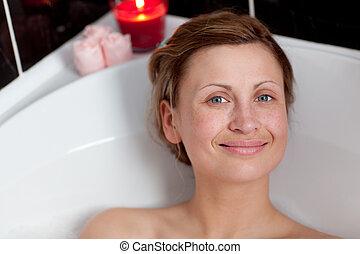alegre, mujer se relajar, baño