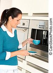 alegre, mulher, fazendo café, máquina, cozinha, copo