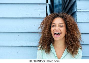 alegre, mulher jovem, rir, ao ar livre
