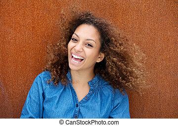 alegre, mulher jovem, sorrindo, com, cabelo ondulado