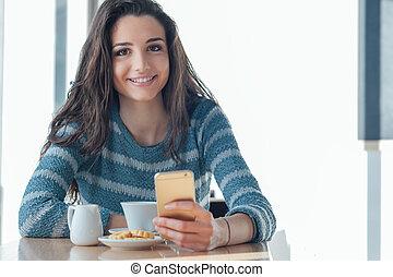 alegre, mulher, social, networking, em, a, barzinhos