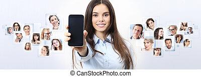 alegre, mulher sorridente, mostrando, em branco, smartphone, tela, com, pessoa, em, experiência., social, rede, conceito