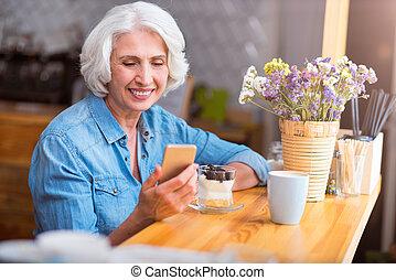 alegre, mulher, telefone pilha, usando, sênior