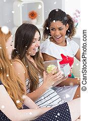 alegre, mulheres jovens, surpreender, amigo, com, um