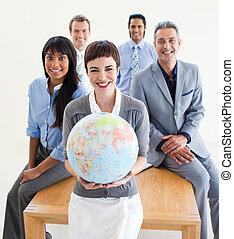 alegre, multi-étnico, pessoas negócio, segurando, um, globo...